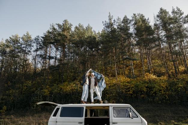 deux personnes sur un van