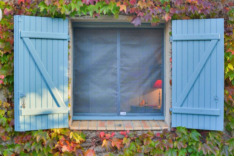 fenêtre avec volets et une moustiquaire Tranquilisafe